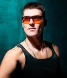 Presentación masculina apuesta joven de las gafas de sol de la pizca Foto de archivo
