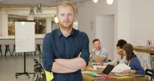 Presentación masculina confiada del trabajador almacen de metraje de vídeo