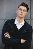 Presentación masculina del modelo del inconformista de la moda al aire libre Imágenes de archivo libres de regalías