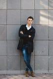Presentación masculina del modelo del inconformista de la moda al aire libre Fotos de archivo libres de regalías