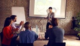 Presentación masculina del negocio que se sostiene fotografía de archivo