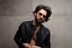 Presentación masculina hermosa en gafas de sol foto de archivo