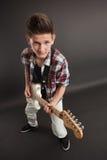 Presentación masculina joven con una guitarra Imagen de archivo libre de regalías