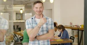 Presentación masculina sonriente del empleado almacen de video