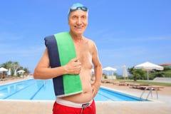 Presentación mayor delante de una piscina foto de archivo libre de regalías