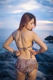 Presentación modelo asiática en puesta del sol Fotos de archivo libres de regalías