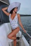 Presentación modelo atractiva en el traje de baño del diseño del yate que lleva de lujo Imagen de archivo