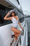 Presentación modelo atractiva en el traje de baño del diseño del yate que lleva de lujo Imagenes de archivo