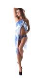 Presentación modelo atractiva en traje de baño azul con pareo Foto de archivo