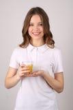 Presentación modelo con el vidrio de jugo Cierre para arriba Fondo blanco Foto de archivo