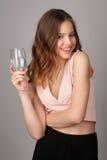 Presentación modelo con la copa de vino de agua Cierre para arriba Fondo gris Fotografía de archivo libre de regalías