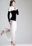 Presentación modelo de la mujer hermosa en alineada elegante en el estudio fotos de archivo