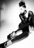 Presentación modelo de la mujer punky hermosa en la chaqueta de cuero imagenes de archivo