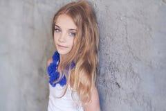 Presentación modelo de la niña hermosa mientras que se inclina contra una pared en un estudio Imágenes de archivo libres de regalías