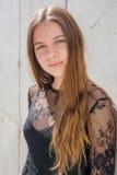 Presentación modelo del adolescente bonito tranquilo en ciudad Fotos de archivo libres de regalías