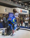 Presentación modelo hermosa en la moto de Suzuki en EICMA 2014 en Milán, Italia Imagen de archivo