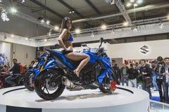 Presentación modelo hermosa en la moto de Suzuki en EICMA 2014 en Milán, Italia Fotos de archivo libres de regalías