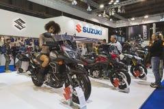 Presentación modelo hermosa en la moto de Suzuki en EICMA 2014 en Milán, Italia Imágenes de archivo libres de regalías