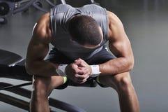 Presentación modelo masculina muscular de With Perfect Body Foto de archivo libre de regalías