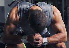 Presentación modelo masculina muscular hermosa de With Perfect Body Imagen de archivo libre de regalías