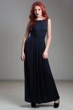 Presentación modelo pelirroja en vestido de noche y en diadema Imágenes de archivo libres de regalías