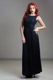 Presentación modelo pelirroja en vestido de noche y en diadema Imagenes de archivo