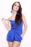 Presentación morena atractiva en vestido azul. Imagen de archivo libre de regalías