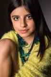 Presentación morena de la muchacha Fotografía de archivo