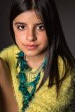Presentación morena de la muchacha Imagen de archivo libre de regalías