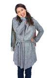 Presentación morena feliz de la ropa del invierno que lleva Fotografía de archivo libre de regalías
