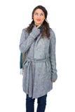 Presentación morena pensativa de la ropa del invierno que lleva Foto de archivo libre de regalías