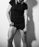 Presentación muscular de la mujer Fotos de archivo libres de regalías