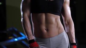 Presentación muscular de la mujer almacen de metraje de vídeo