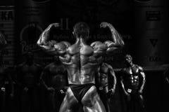 Presentación muscular del bodybuilder fotos de archivo