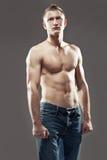Presentación muscular del hombre descamisada Fotografía de archivo libre de regalías