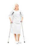 Presentación paciente femenina con las muletas Imagen de archivo libre de regalías