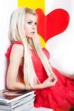 Presentación rubia femenina joven atractiva en estudio Foto de archivo libre de regalías
