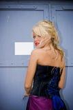 Presentación rubia hermosa de la mujer Fotos de archivo