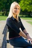 Presentación rubia joven hermosa al aire libre Foto de archivo