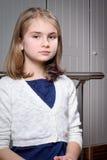 Presentación rubia linda dulce de la muchacha Foto de archivo libre de regalías