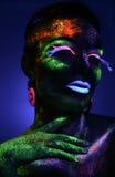 Presentación sensual de la mujer en maquillaje fluorescente de la pintura Imagenes de archivo