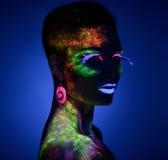 Presentación sensual de la mujer en maquillaje fluorescente de la pintura Imágenes de archivo libres de regalías