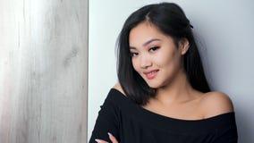 Presentación sonriente asiática de moda de la mujer joven del retrato medio del primer y mirada de la cámara metrajes