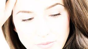 Presentación sonriente de la mujer hermosa asombrosa almacen de metraje de vídeo
