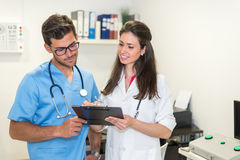 Presentación sonriente de los doctores Fotografía de archivo libre de regalías