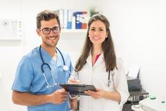 Presentación sonriente de los doctores Fotos de archivo libres de regalías