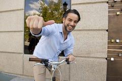 Presentación sonriente del hombre feliz joven fresca con la bicicleta retra fresca del vintage fotos de archivo libres de regalías