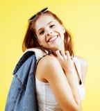 Presentación sonriente feliz de la mujer bastante adolescente de los jóvenes en el fondo amarillo, concepto de la gente de la for Imagenes de archivo