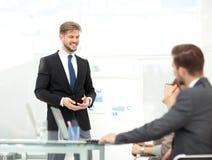 Presentación acertada del negocio de un hombre en la oficina Imagenes de archivo