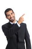 Presentador árabe del hombre de negocios que presenta y que señala en el lado Imagen de archivo libre de regalías